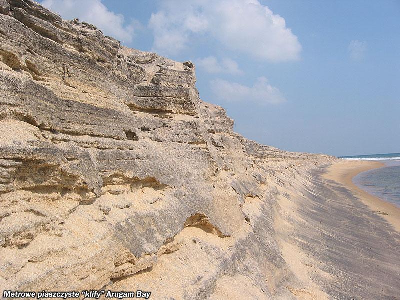 Metrowe piaszczyste klify Arugam Bay