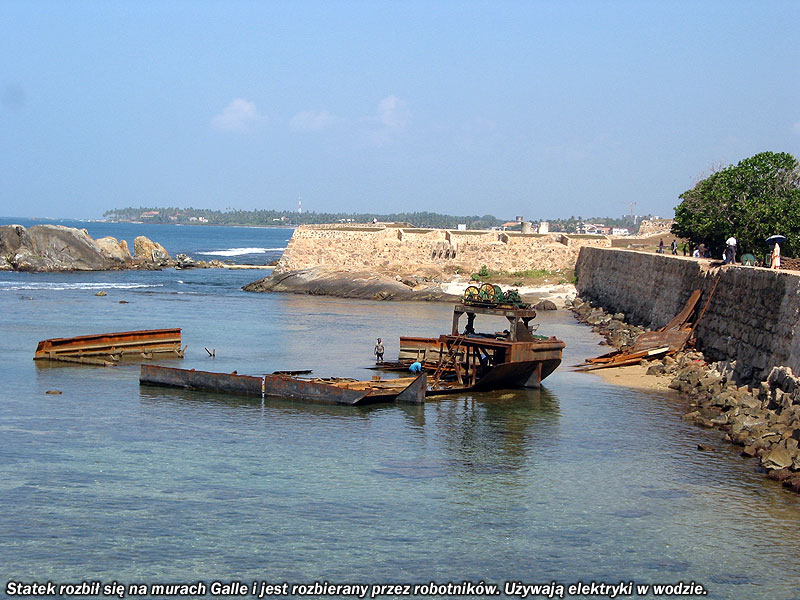 Statek rozbił się przy murach Galle i jest rozbierany przez robotników. Pracując w wodzie używają narzędzi elektrycznych.