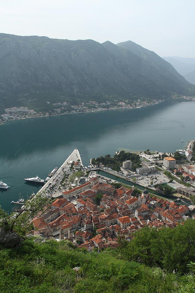 Widok na Kotor z podejścia na twierdzę