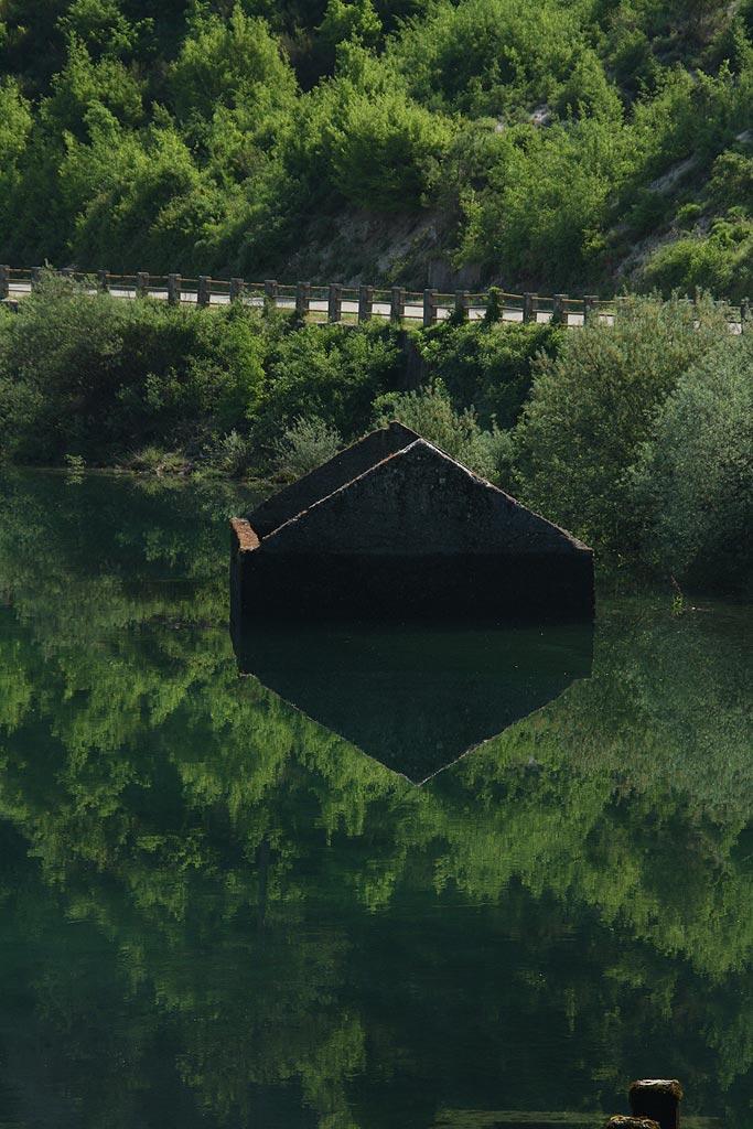 Zatopiony dom w Jeziorze Trebińskim