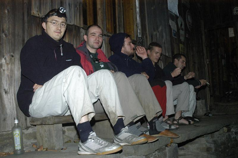 Grzesiek, Marcin, ja, Edmund, Jasiek pod schroniskiem w Beskidzie Małym