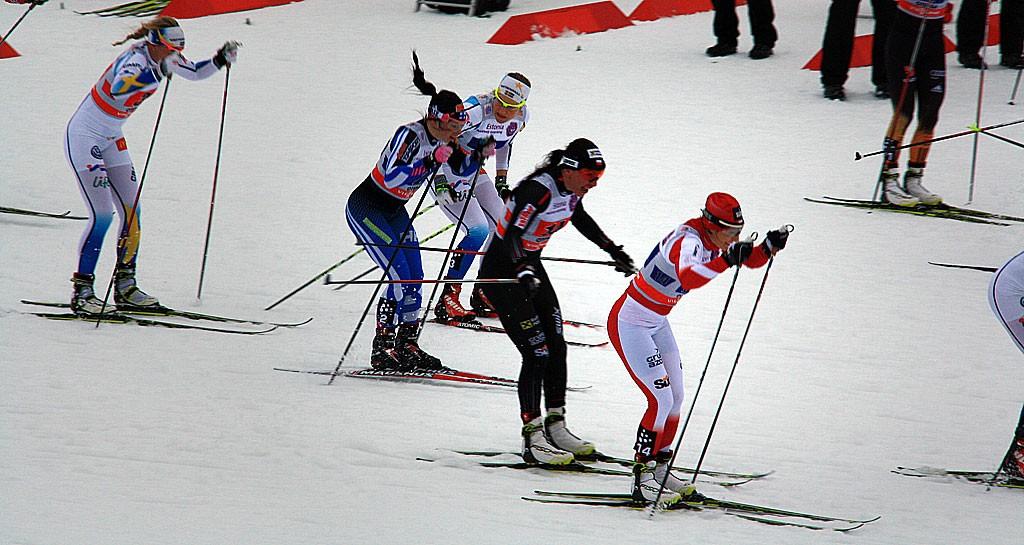 Justyna Kowalczyk (czarny strój) i Sylwia Jaśkowiec (biało-czerwona) biegną po trzecie miejsce w sprintach sztafetowych