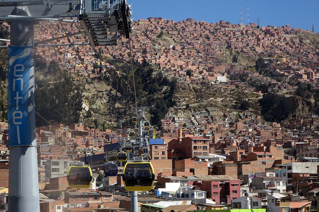 Wagoniki zoltej linii wspinaja sie na plaskowyz El Alto (4100 m)