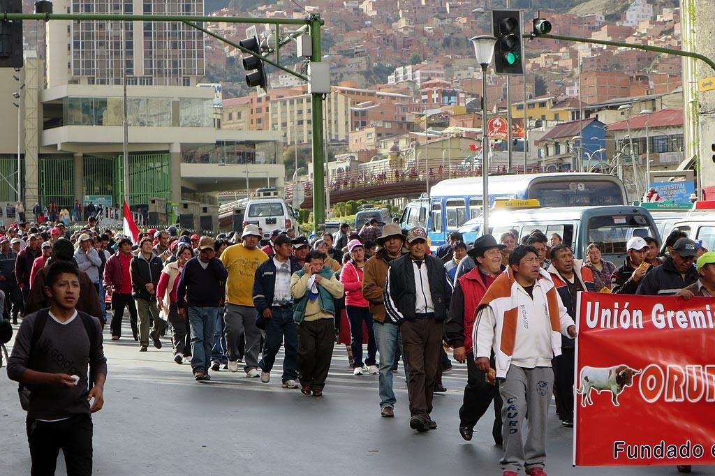 Protest masarzy i hodowcow bydla na glownej alei miasta.