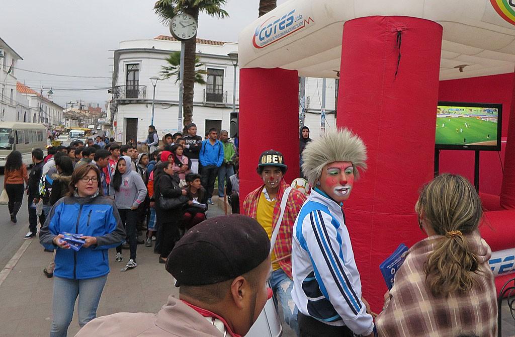 Pierwsza polowe meczu Boliwia - Ekwador (do przerwy 3:0) sledzilismy na ulicy.