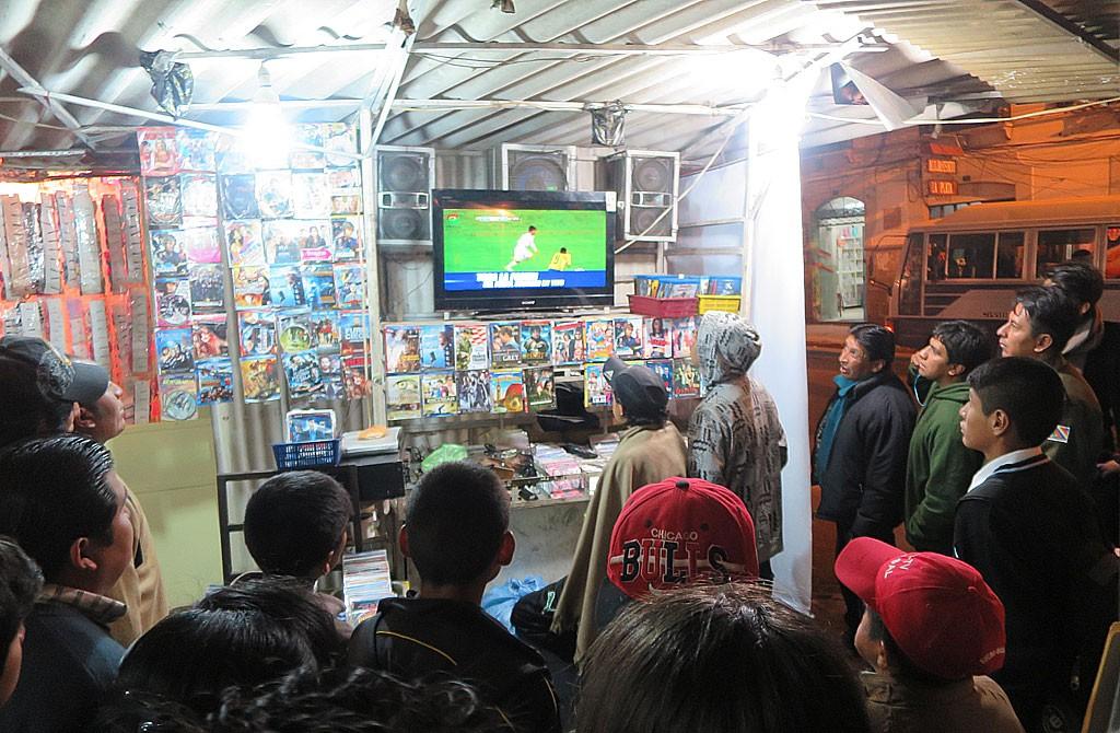 Druga polowe meczu Boliwia - Ekwador (3:2) sledzilismy na straganie z filmami.