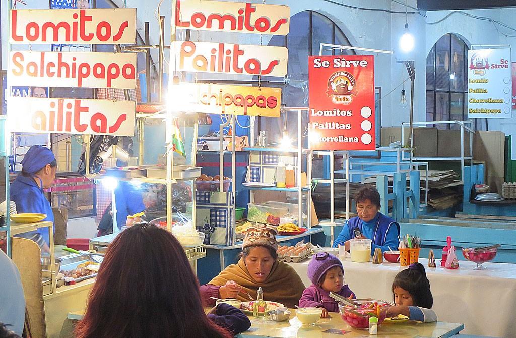 Najlepsze miejsce na posilek, czyli pierwsze pietro Mercado Central w Sucre.