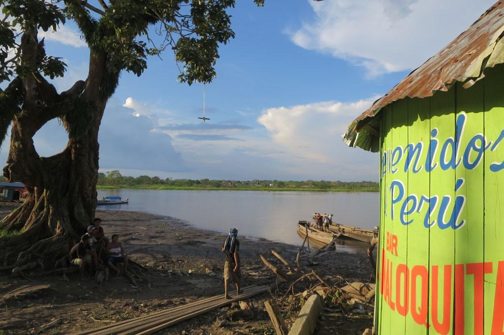 Bienvenidos dla jednych, czyli żegnaj Peru dla nas. Na drzewie widać linę do skakania, która pokazuje poziom wody w porze deszczowej.