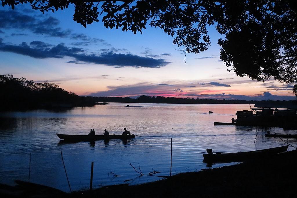 Wieczór nad Amazonką. Wygląda malowniczo, ale komary zaczynają ciąć niemiłosiernie.