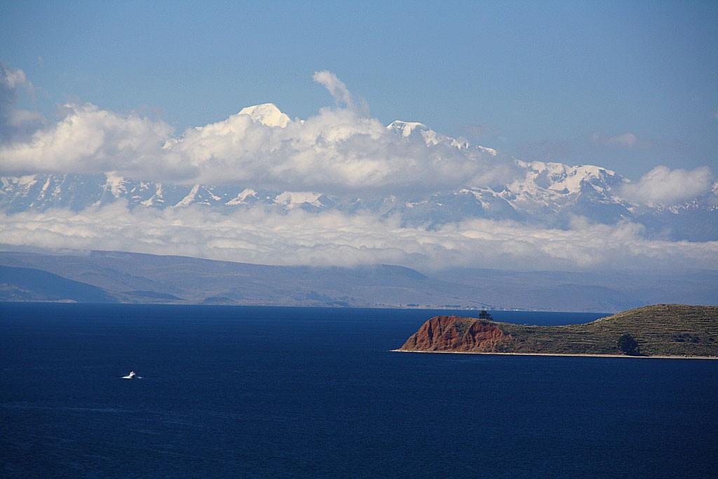 Cordilliera Real wznoszaca sie 2000 m nad jeziorem Titicaca. Wyspa z prawej to Isla del Luna.