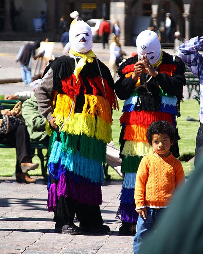 """Święto Policji w Cusco. Na zdjęciu - to nie żart! - funkcjonariusze """"Wydziału Kulturalnego""""."""