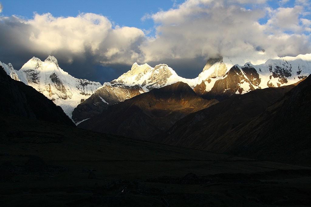Nocleg dnia pierwszego, niedaleko Laguna Yahuacocha (4100 m). Widok na Yerupaja (6634 m)