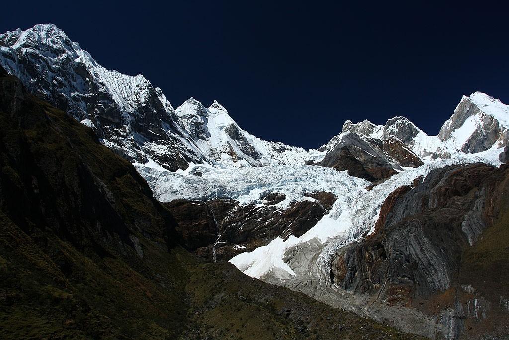 Widok na lodowce Yerupaja oraz Rasac z podejścia na przełęcz Sambunya (4750 m)