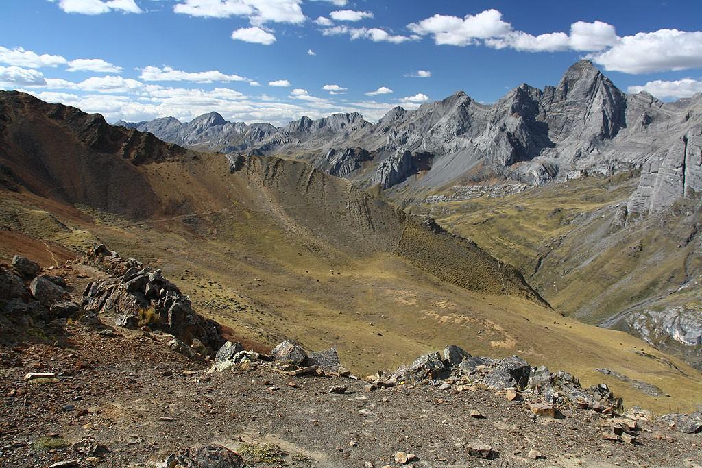 Widok z przełęczy Sambunya (4750 m) w kierunku Matacancha.