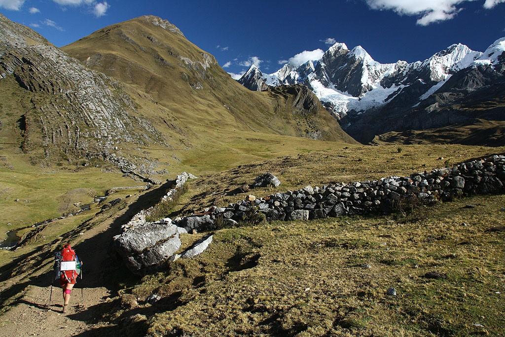 Koniec dnia trzeciego. Dotarliśmy do Janca, w tle  Jirishanca (6094 m)