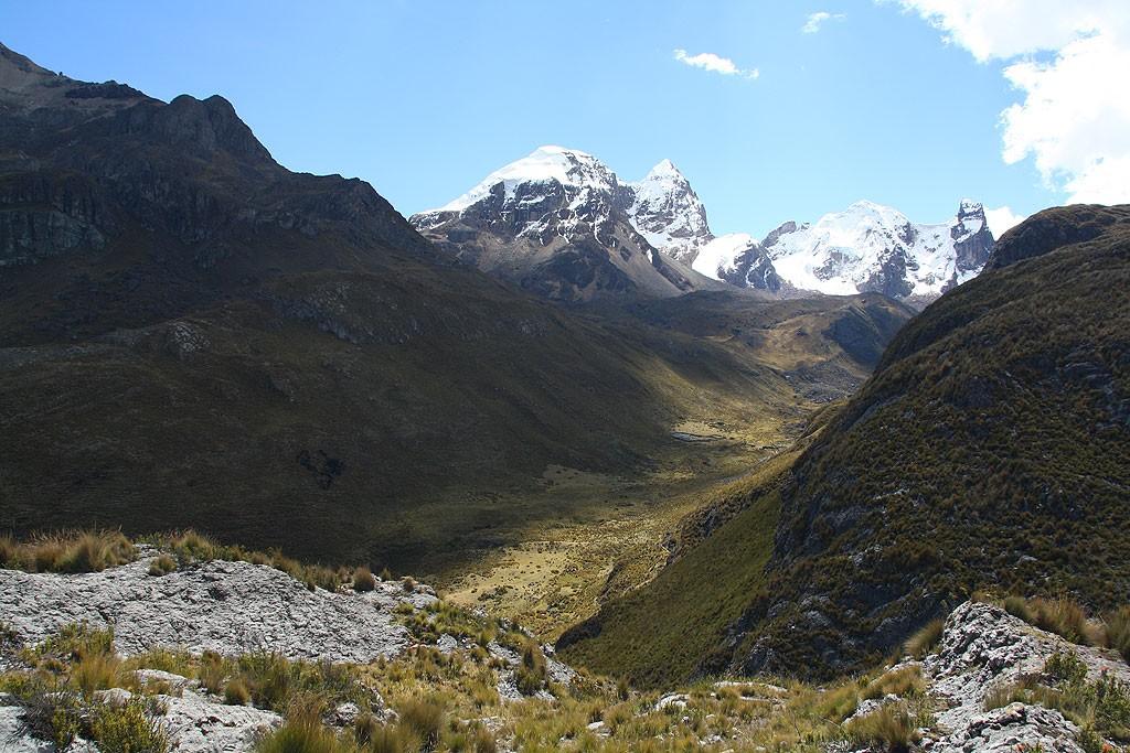 Widok na szczyt Cuyoc (5550 m). Przełęcz o tej samej nazwie i wysokości 5000 m schowana jest z lewej strony.