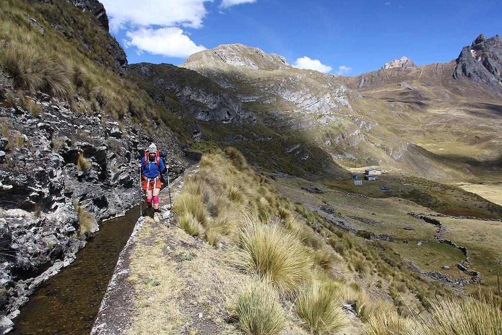 Wędrówka wzdłuż kanału retencyjnego na 4400 m obok jeziora Viconga.