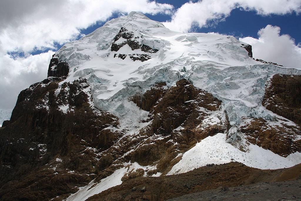 Masywne lodowce spadające z Cuyoc (5550 m)