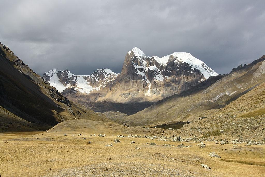 Widok na Cuyoc oraz Puscanturpa (5442 m)