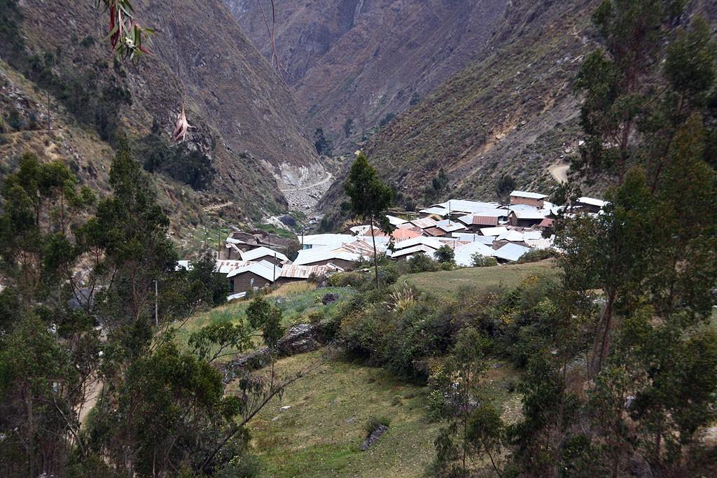 Cywilizacja w postaci wioski Huyallapa (3450 m), jedyna wioska na trasie. Mieszka tu około 400 osób.