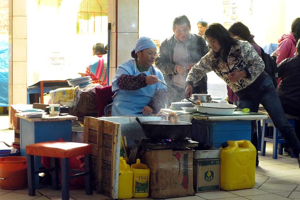 Najlepsze śniadanie w Boliwii - na targu w Copacabanie napój z kukurydzy i świeżo smażone placki.