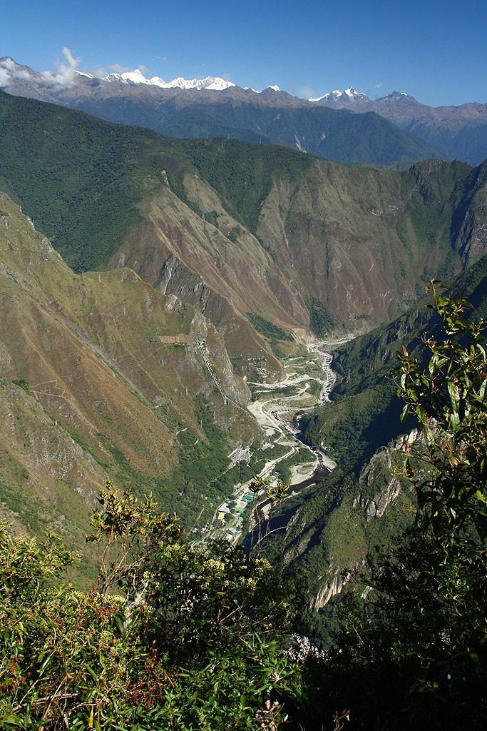 Widok na Hydroeletrica (1700 m) z Machu Picchu Montana (3100 m)