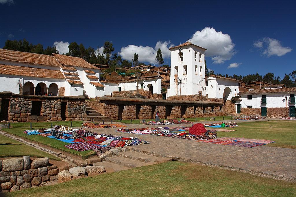 Kosciol w Chinchero wybudowany - jakzeby Hiszpanie mogli inaczej - na miejscu zburzonej swiatyni inkaskiej.