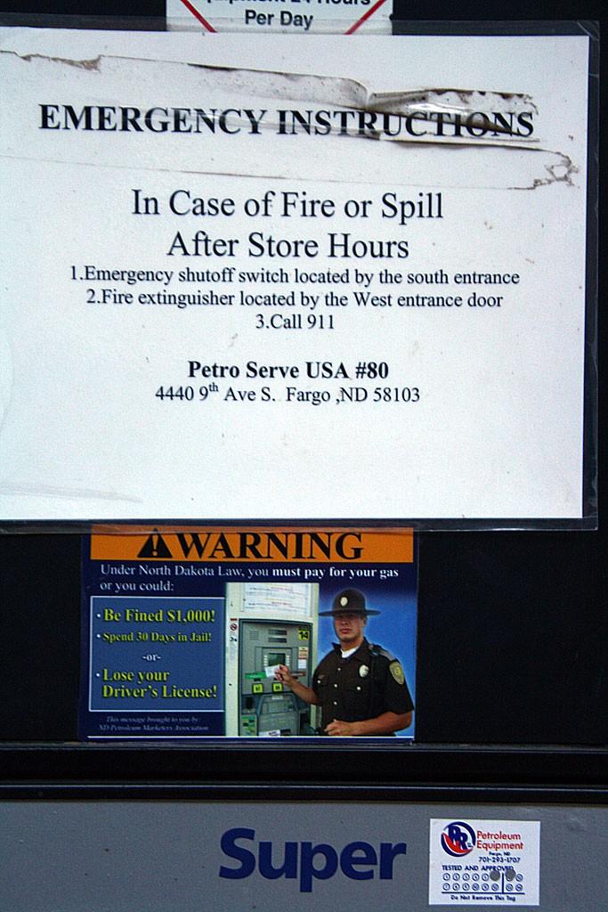 Dla fanow filmu Fargo. Stacja benzynowa w Phiry obok Ollantaytambo zostala zakupiona z Fargo w Polnocnej Dakocie. Napis ostrzega, ze wedlug prawa obowiazujacego w Polnocnej Dakocie, kierowca ma obowiazek zaplacic za paliwo!