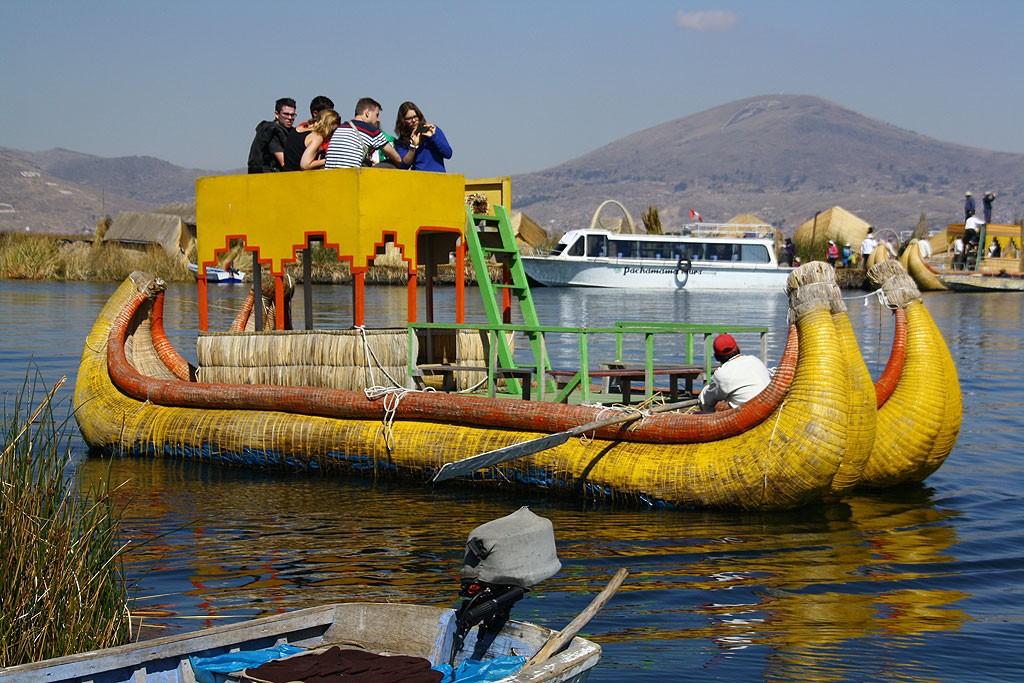 Przejażdżka łodzią z trzciny. Na dole przebija niebieski plastik.