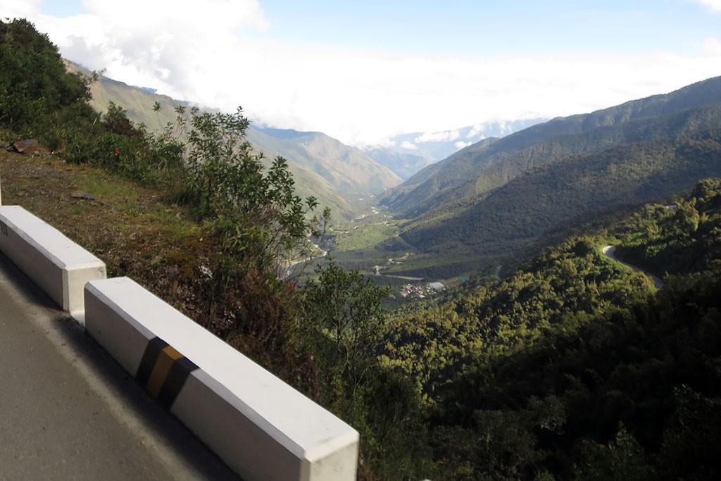 Pierwsza wioska za przelecza, czyli Alfamayo,  80 km od Ollantaytambo.