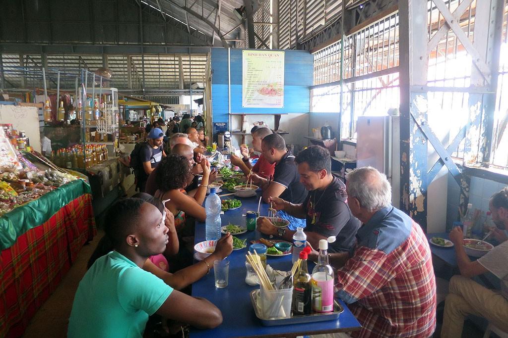 U Monsieur Nicolasa na targu w Cayenne. Wracamy tam zaraz po opublikowaniu tego wpisu.
