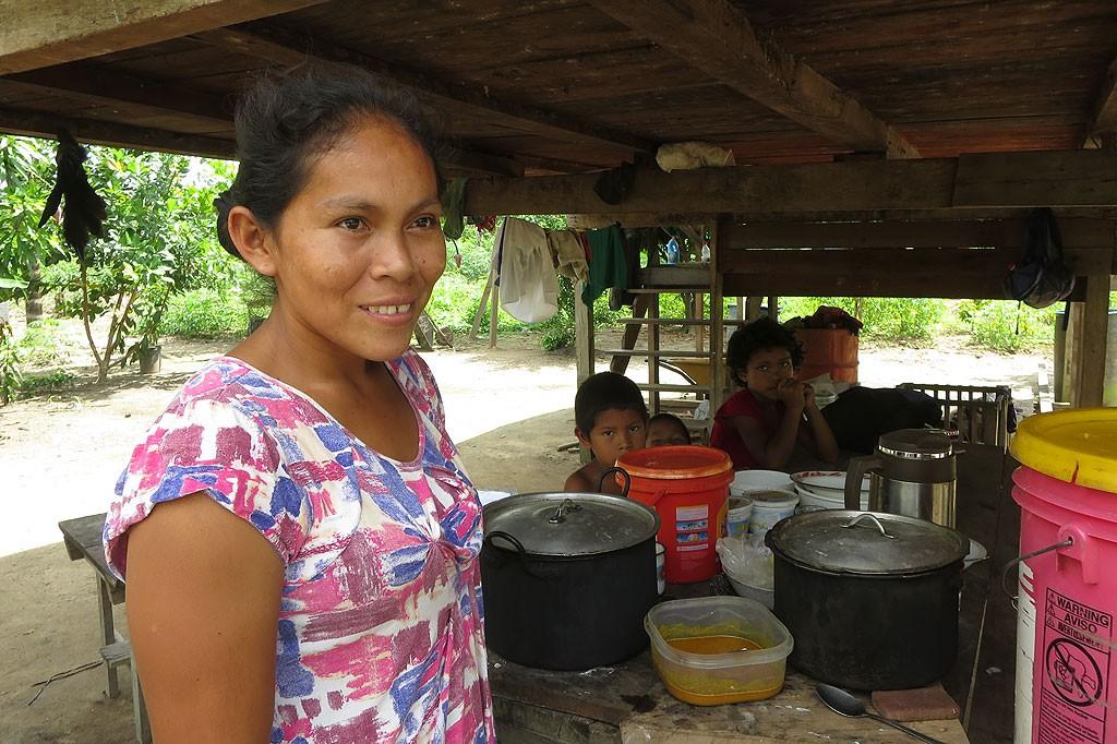 W wiosce kobiety gotują i zajmują się dziećmi, mężczyźni odpoczywają na hamakach