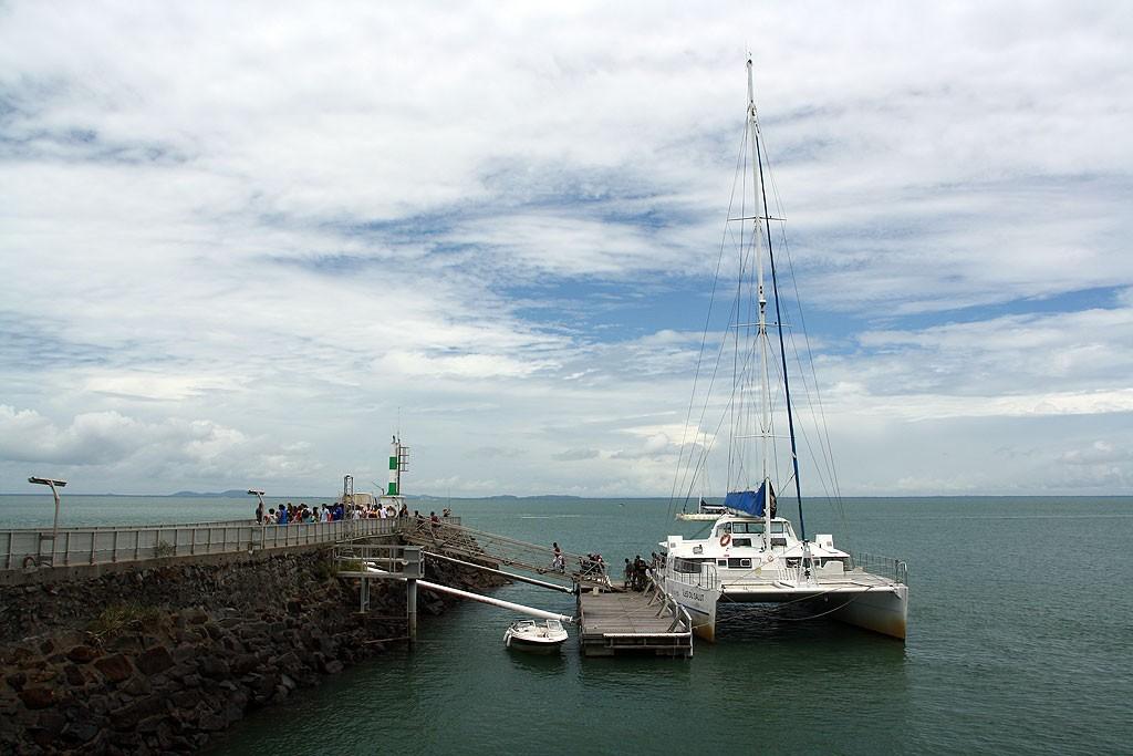 Katamaran, którym dopłynęliśmy na Îles du Salut (Wyspy Zbawienia)