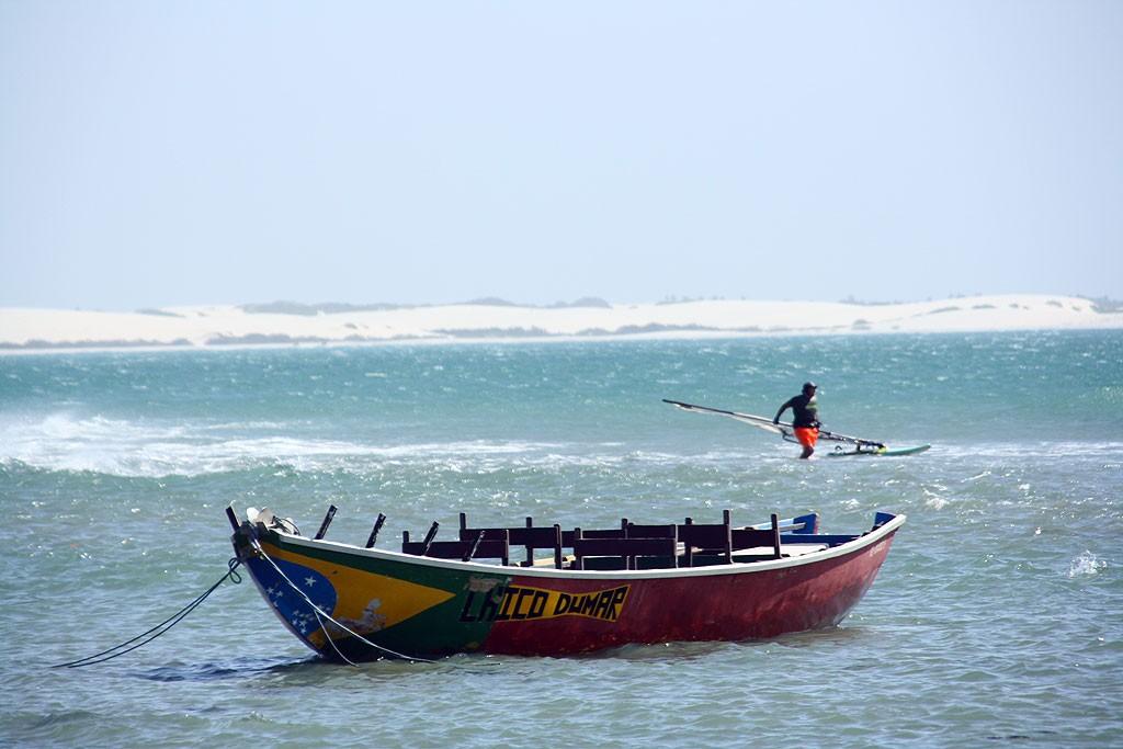 Flaga Brazylii na najczęściej fotografowanej łódce w Jericoacoarze i okolicy