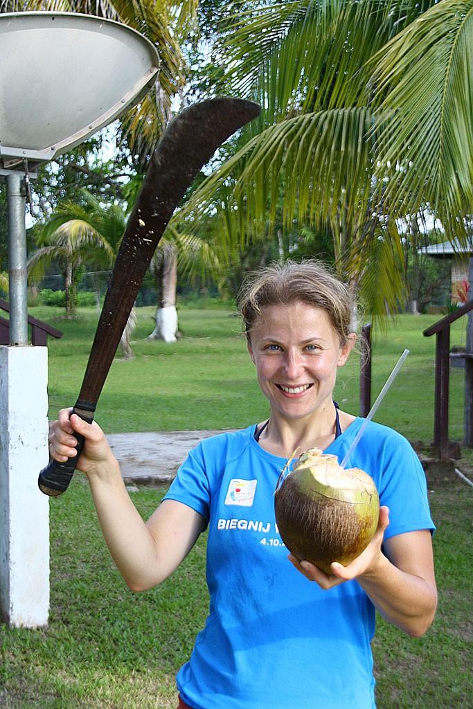 Ćwiczymy rozłupywanie kokosów maczetą