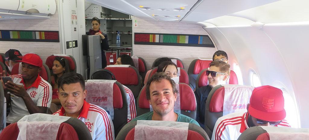W samolocie Fortaleza - Rio z druzyna Flamengo. Z lewej strony rezerwowy Ayrton Ganino, z prawej strony napastnik reprezentacji Brazylii Paulinho.