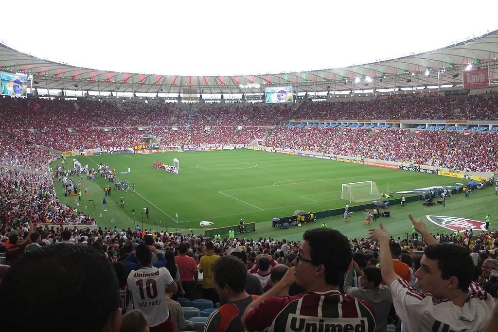 Zwykly ligowy mecz na Marakanie, czyli 60.000 widzow zapelnia stadion w 3/4-tych.