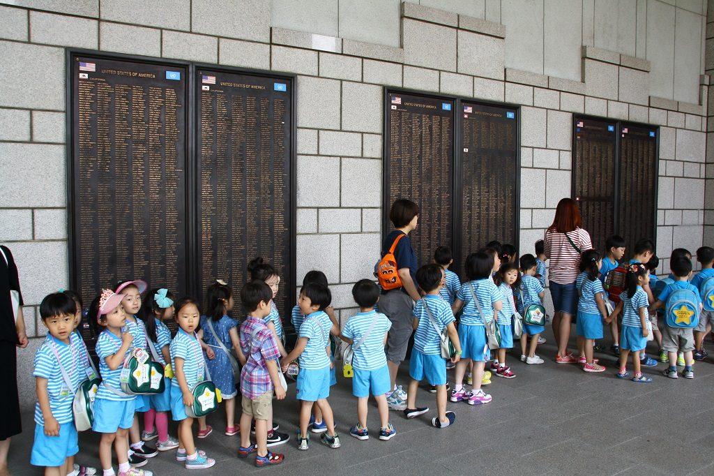 Muzeum Wojny Koreańskiej jest pełne wycieczek szkolnych - dzieci stoją pod tablicami z nazwiskami poległych amerykańskich żołnierzy. Takich tablic na terenie muzeum jest kilkaset, podczas wojny koreańskiej zginęło 1.5 mln osób.