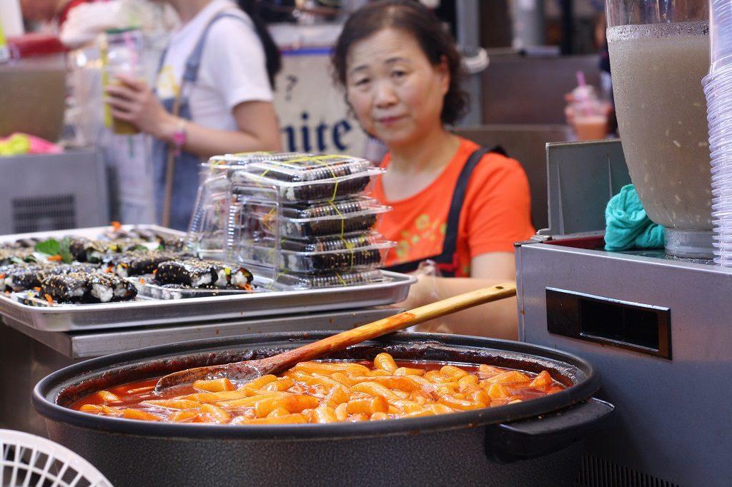 Koreańskie kluski w ostrym sosie na targu Gwangjang