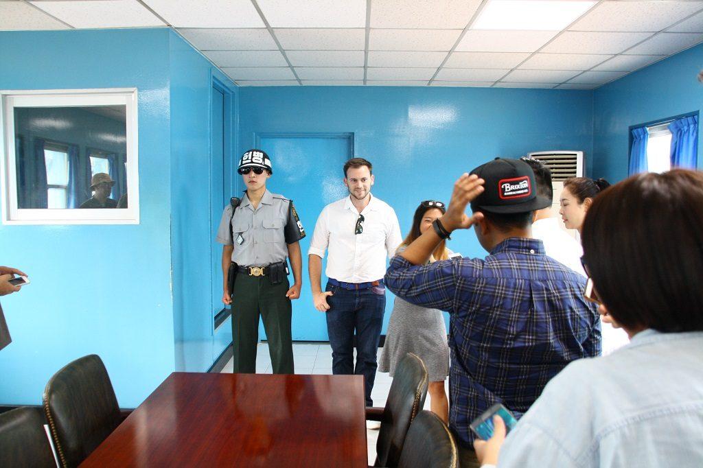 Zdjęcie po niebezpiecznej, polnocnokoreanskiej czesci salki konferencyjnej