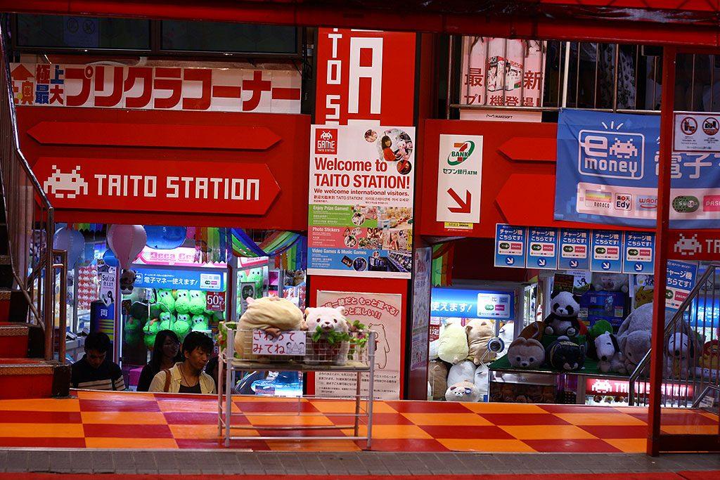 Taito Station, jedna z sieciówek z automatami do losowania nagród za pomocą mini-dźwigu (do wyciągnięcia pluszowe misie, iphone'y i Muminki).