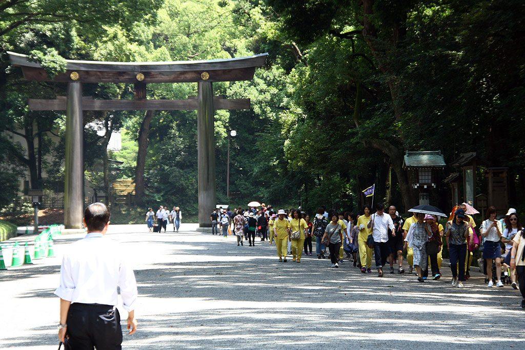 Tłumy w drodze do świątyni Meiji w centrum Tokio.