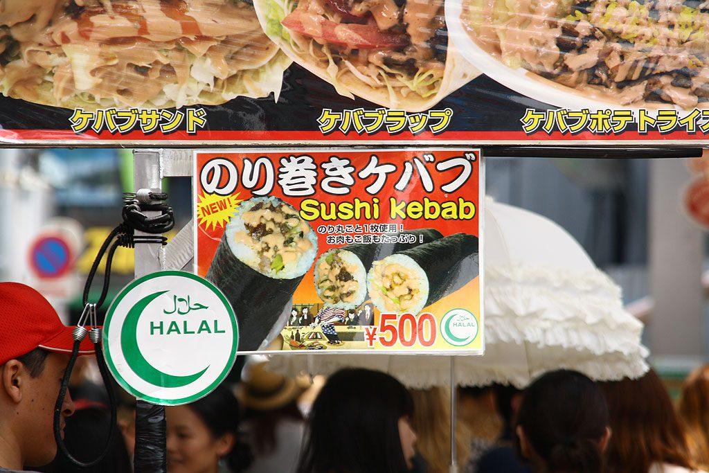 Pomysłowi imigranci z Turcji oferują sushi kebab na uliczce Takeshita
