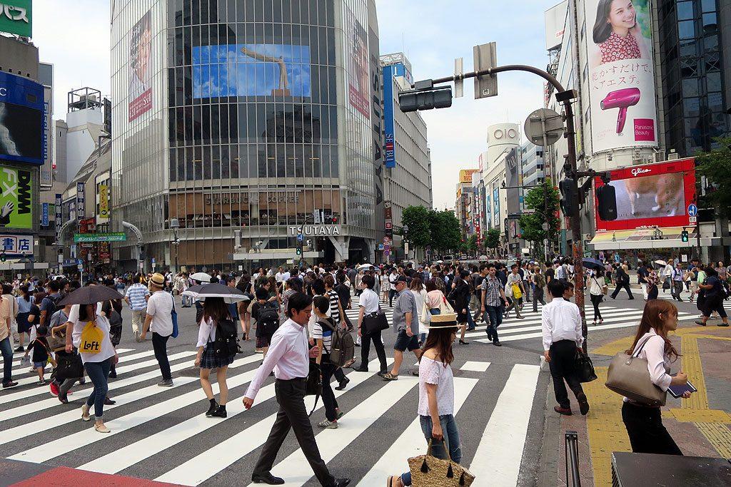 Ikoniczne Shibuya Crossing. Jedno z najbardziej zatłoczonych skrzyżowań na świecie. Codziennie ulicę przekracza 3 miliony ludzi.