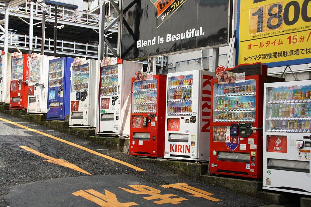 """Japońskie automaty można spotkać w najmniejszych wioskach, a nawet w górach. W Tokio są oczywiście na każdym rogu. Serwują napoje zimne, jak i gorące. Niestety mimo poszukiwań nie udało nam się znaleźć automatów z piwem, a tym bardziej zepsutych (szczegóły w """"Bezsenności w Tokio"""", załączamy przy okazji wyrazy szacunku dla Marcina Bruczkowskiego, jeśli kiedykolwiek przeczyta ten tekst)."""