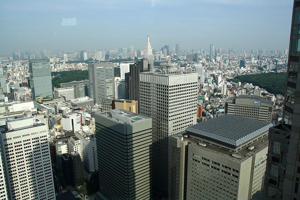 Widok z tokijskiego ratusza. Ratusz ma pięćdziesiąt pięter. Na prawo od środka zdjęcia widać zarys Tokyo Tower (333 m).