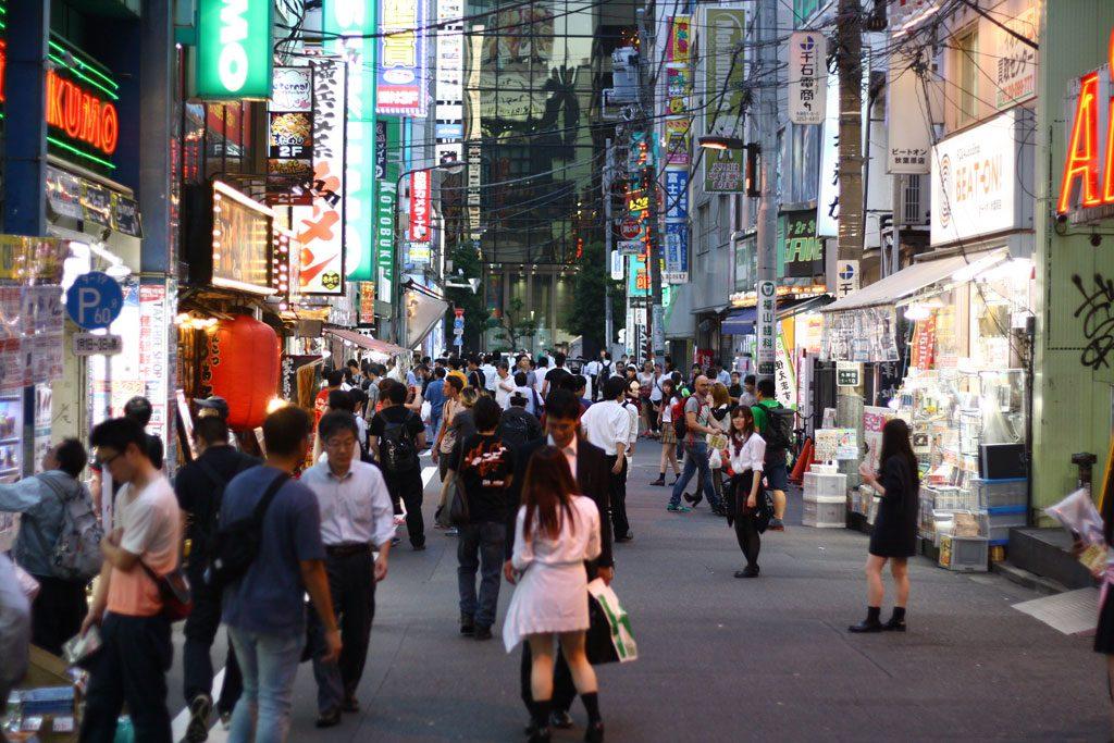 Wieczorem na akihabarskiej ulicy panie zachęcają salarymenów do skorzystania z masażu w Sopurando.