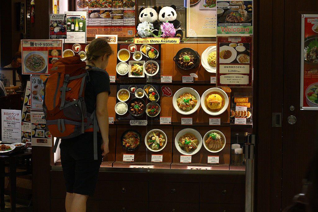 Każda szanująca się restauracja albo choćby bar wystawiają w witrynach plastikowe modele jedzenia. Zawsze z uwagą studiowaliśmy dokładnie odwzorowane nitki makaronu albo poszatkowany szczypiorek. Aż do wyjazdu nie przestawały nas zadziwiać plastikowe modele zup wiszące pionowo w oknach.