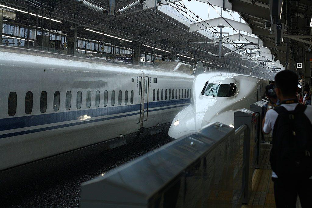 Podobno Shinkanseny przez ostatnie trzydzieści lat miały średnio 17 sekund spóźnienia. Po intensywnym korzystaniu z nich dziwiliśmy się, że aż tak dużo. Shinkanseny jeżdżą z prędkością około 300 km/h.