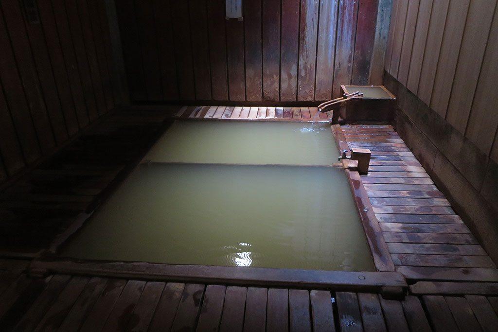 Na zdjęciu jedna z publicznych łaźni w Shibu Onsen. Do prawie wrzącej wody z siarkowego źródła wchodzi się nago z obcymi osobami, osobno kobiety, osobno za cienkim przepierzeniem mężczyźni. Wcześniej, należy się dokładnie umyć polewając się wodą z cebra. Wejście do wody nieumytym to złamanie wszystkich zasad savoir-vivre'u!